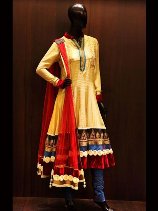 Images via : iDiva.comNoor-Jahan outfit: This Diwali go retro with this gold anarkali with velvet bordering and pearl work. This jute embroidered ensemble with pleated dupatta will give you an ethnic