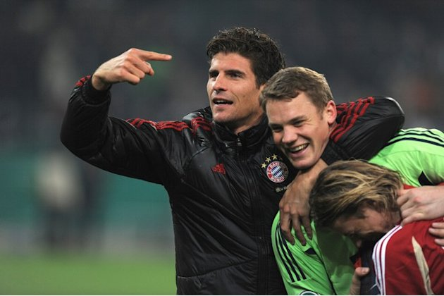 Bayern Munich's Goalkeeper Manuel Neuer (C) Is Congratulated By Striker Mario Gomez (L)  AFP PHOTO / PATRIK STOLLARZ   AFP/Getty Images