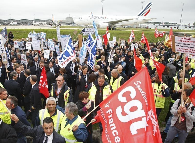 Air France managers flee as staff storm meeting on job cuts