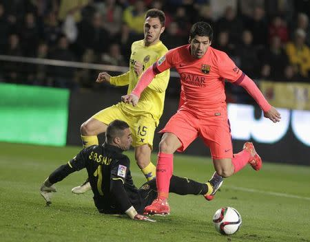 Barcelona's Suarez plays the ball past Villarreal's goalkeeper Asenjo and Ruiz during their Spanish King's Cup semi-final second leg soccer match at the Madrigal stadium in Villarreal