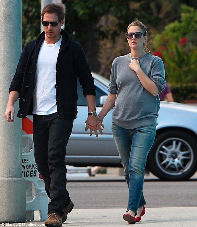 Drew Barrymore con panza y prometido via Daily Mail
