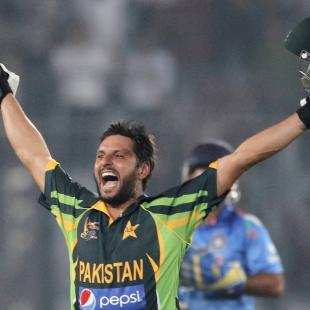 Dogged Hafeez, madcap Afridi push India towards exit