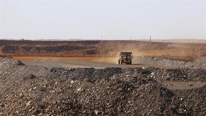 A truck drives through the Citic Pacific iron ore mine, controlled by controversial billionaire Clive Palmer, in Karratha, Western Australia, August 20, 2012. REUTERS/Jim Reagan/Files