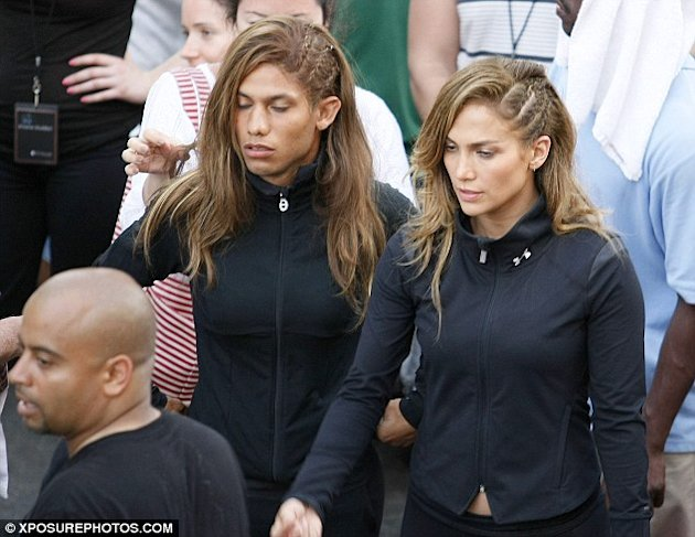 Jennifer Lopez y su doble via Daily Mail