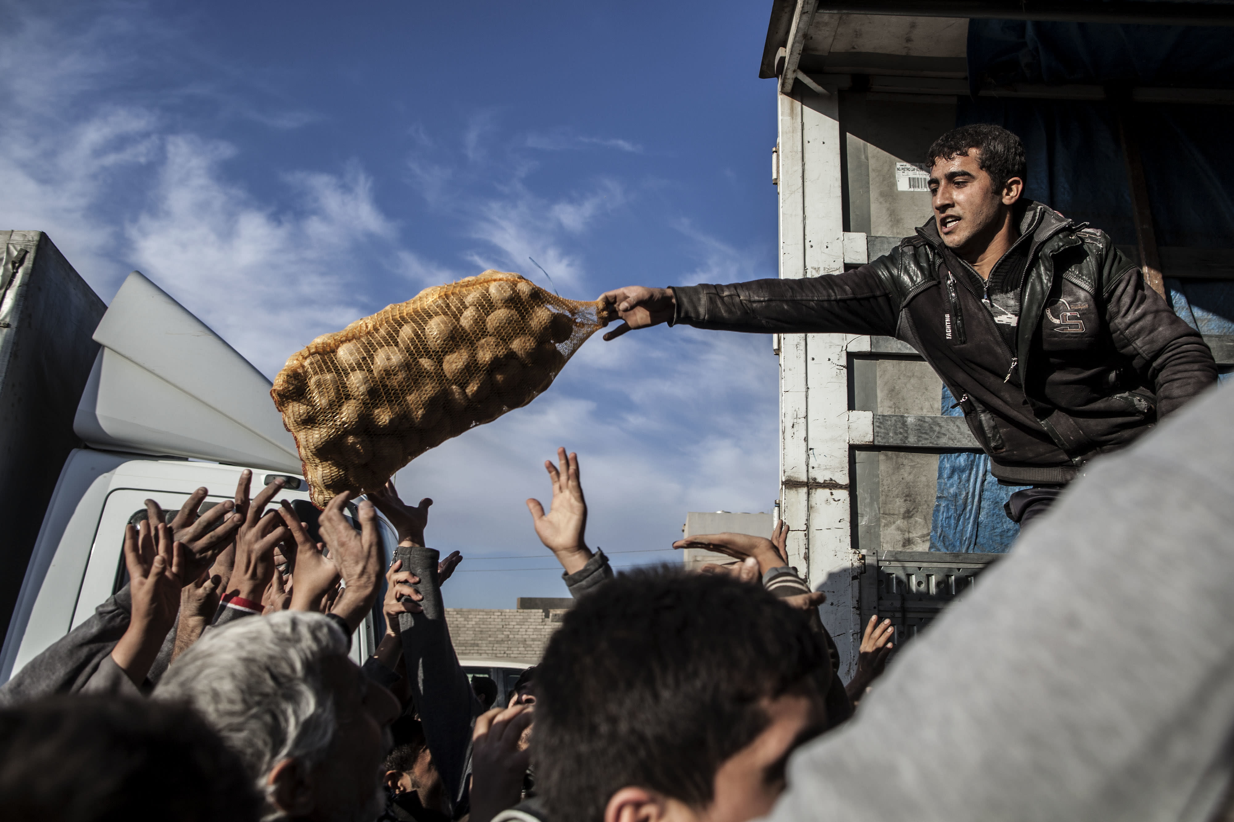 Chaos erupts as Iraq delivers aid to Mosul