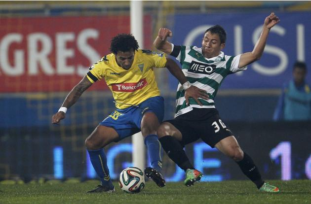 Sporting's Piris fights for the ball with Estoril's Carlos Garcia during their Portuguese Premier League soccer match at the Coimbra da Mota stadium in Estoril