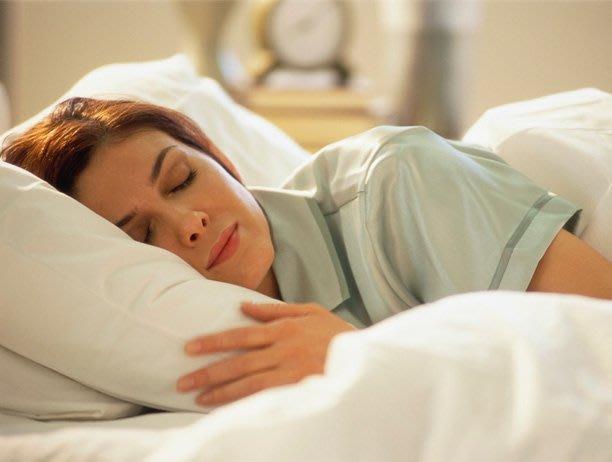 Revelan cuál es la pose ideal para dormir bien y evitar problemas de salud