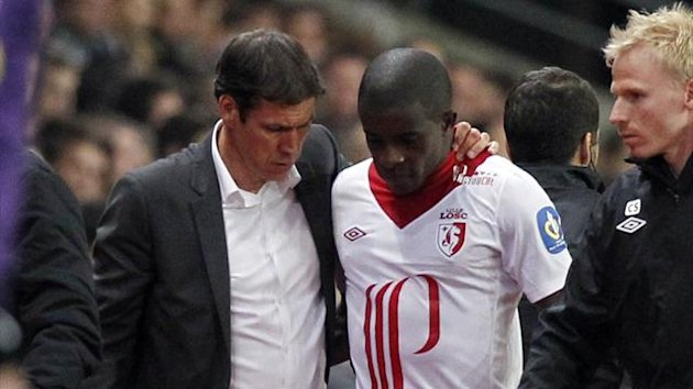 Lille's Rio Antonio Mavuba talks with his coach Rudy Garcia (L) after picking up an injury during their French Ligue 1 soccer match against Stade Rennes at the Route de Lorient stadium in Rennes, September 28, 2012 (Reuters)