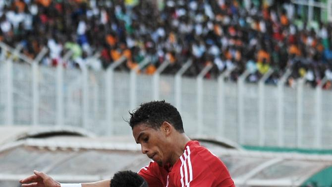 Daniel Vaznez Evoy (L) of Equitorial Guinea vies for the ball with Ivory Coast's Tiene Siaka (R) during the friendly football match on March 29, 2015 in Abidjan