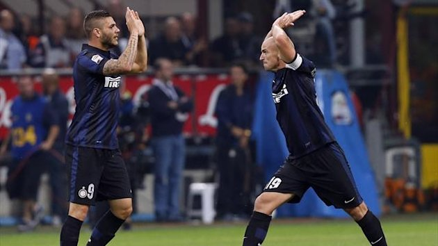 Inter Milan's Esteban Cambiasso (R) celebrates with his teammate Mauro Icardi after scoring against Fiorentina during their Italian Serie A soccer match at the San Siro stadium in Milan September 26, 2013. REUTERS