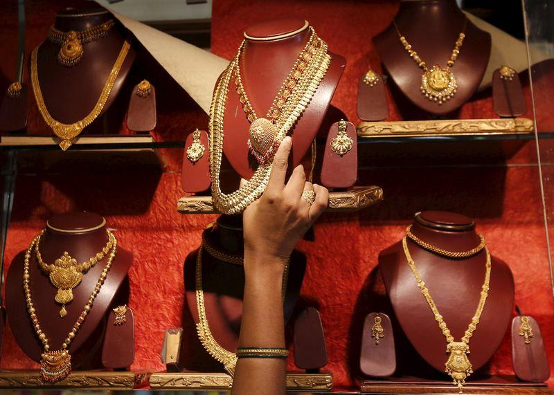 Gold prices in India back at discount on weak demand