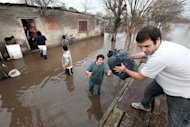 Dos militantes de La Cmpora, durante la ltima gran inundacin en el barrio Marchetti, de Mercedes