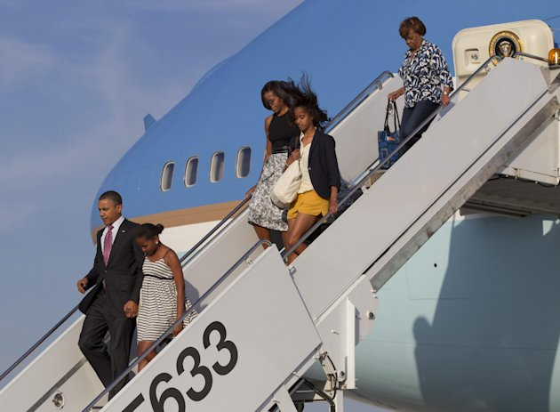 From left, President Barack Obama, Sasha Obama, first lady Michelle Obama, Malia Obama and Michelle's mother Marian Robinson arrive at Chicago O'Hare International Airport on Air Force One, Friday, June 15, 2012, in Chicago (AP Photo/Carolyn Kaster)