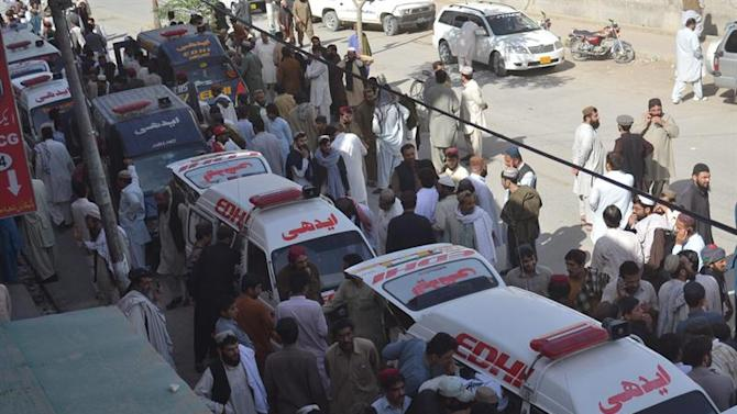 QTA01. Quetta (Pakistan), 30/05/2015.- Bodies of the victims of an attack on passenger bus in Mastung area, are shifted to a hospital in Quetta, the provincial capital of restive Balochistan province, Pakistan, 30 May 2015. At least 19 passengers were killed when unknown gunmen stopped two passenger buses in Mastung, restive Balochistan province. The motive of the killings was not cleared however Balochistan is Pakistan's largest but most sparsely populated province, where a sustained low-level insurgency continues against the Pakistani Government in a bid to gain greater political autonomy and a larger share in profits from natural resources exploited in the area. (Atentado) EFE/EPA/JAMAL TARAQAI