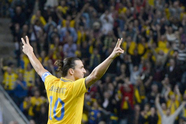 El jugador de Suecia, Zlatan Ibrahimovic, festeja tras anotar un gol contra Inglaterra en un amistoso el mircoles, 14 de noviembre de 2012, en Estocolmo. (AP Photo / Claudio Bresciani,  SCANPIX) SWED
