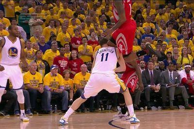 Klay Thompson takes a brutal knee to the head from Trevor Ariza