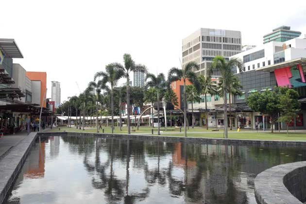 A refreshing stretch of manicured greens flanked by boutiques at Bonifacio High Street.
