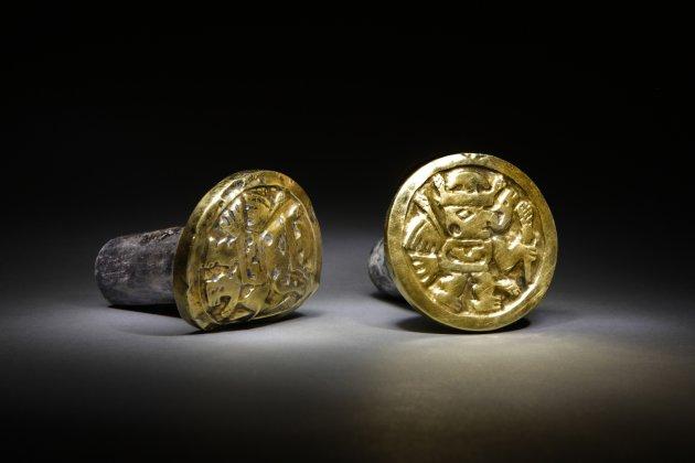 Esta foto sin fecha divulgada por la National Geographic Society muestra un par de anillos de oro y plata que los arqueólogos creen pertenecían a una mujer Wari que los vistió hasta la tumba. Un equipo de arqueólogos polacos y peruanos tuvo que levantar más de 30 toneladas de piedra triturada para hallar en una localidad de la costa norte un mausoleo preinca que contenía 63 momias pertenecientes a la Cultura Wari, acompañadas de un impresionante ajuar de 1.200 piezas ornamentales de oro, plata y cerámica. (AP Foto/National Geographic Society, Daniel Giannoni)
