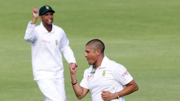 South Africa's Robin Peterson (L) and Rory Kleinveldt celebrate the wicket of New Zealand's Daniel Flynn (not in picture) on day two of their second test cricket match in Port Elizabeth