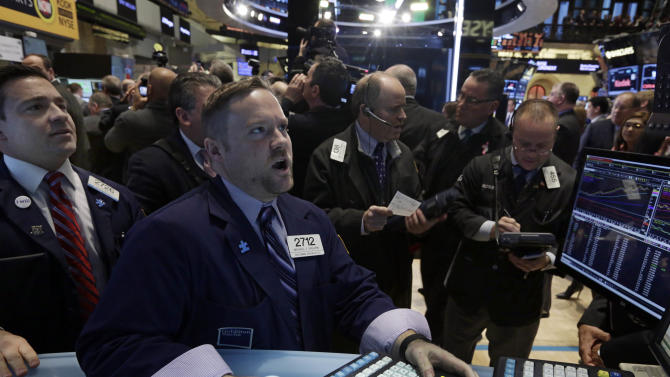 Stocks end mixed as retailers give weaker outlook