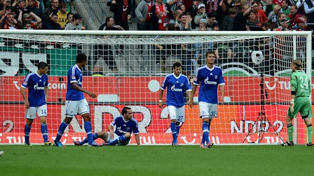 Schalke´s players react during the German first division Bundesliga football match Hanover 96 vs Schalke 04 in Hanover, northern Germany, on August 26, 2012 (AFP)