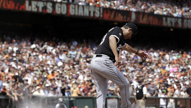 Controversial call helps Giants top White Sox, 7-1