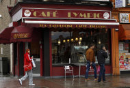 Fachada del Cafe Lympic en la calle Stratford, este de Londres, en abril de 2012. Un da, la cafetera que est cerca de donde se jugarn las Olimpiadas se llamaba caf &quot;Olympic&quot;, al otro era slo &quot;Lympic&quot;, un reflejo de la batalla por una marca y los anunciantes que quieren asociar sus productos a un evento sin pagar para ser patrocinadores. (Foto AP/Matt Dunham)