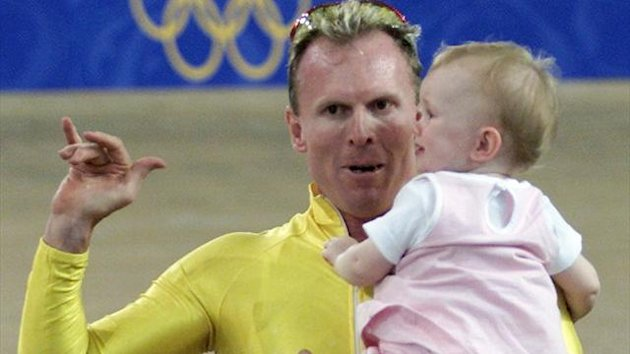 Gary Neiwand of Australia hold his 17-months-old daughter Coutney in his arm after winning the silver medal in the men&#39;s Keirin cycling event at the Sydney Olympics (Reuters)