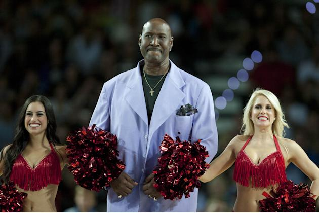 Former Philadelphia's 76ers Darryl Dawkins, center, receives a tribute before the match against Bilbao Basket, during the NBA Global basketball game, in Bilbao northern Spain on Sunday, Oct. 6, 2013
