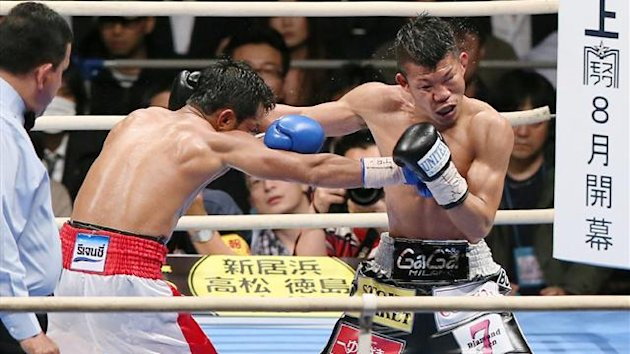 Challenger Panomroonglek Kaiyanghadaogym of Thailand (L) exchanges blows with Japanese champion Koki Kameda (R) during their WBA Bantamweight title boxing match in Osaka (AFP)
