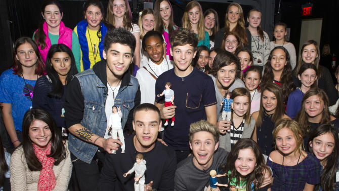 """IMAGE DISTRIBUTED FOR HASBRO - Worldwide musical sensation One Direction showcases their Hasbro dolls while greeting the winners of Nickelodeon's """"Your Moment with 1D"""" sweepstakes at an exclusive fan event on Monday, Nov. 26, 2012, in New York. (Photo by Charles Sykes/Invision for Hasbro/AP Images)"""
