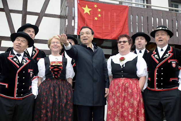 <p> Chinese Prime Minister Li Keqiang poses together with the Swiss yodel group ''Saengerrunde Zurich'' in Embrach, Switzerland, Friday, May 24, 2013. Li Keqiang is on an official visit to Switzerland until Saturday. (AP Photo/Keystone,Walter Bieri )
