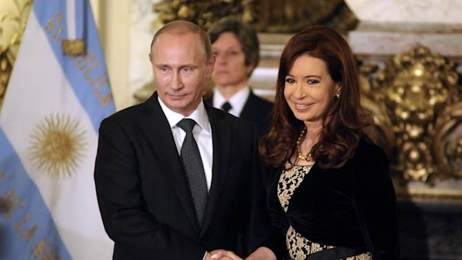Argentine President Cristina Fernandez de Kirchner (R) and Russian President Vladimir Putin before a meeting at the presidential palace in Buenos Aires on July 12, 2014