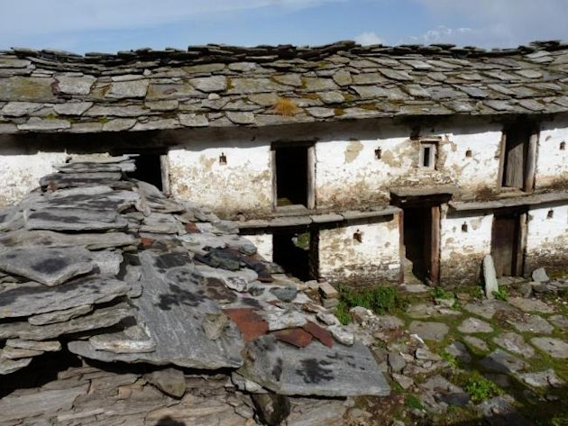 Ruined huts, Tungnath