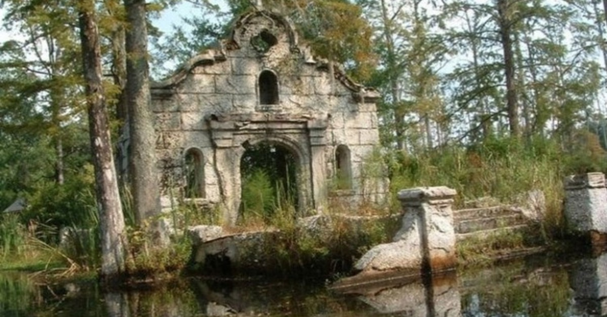 18 Eerie and Awesome Abandoned Movie Sets