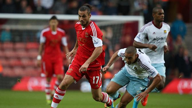 Southampton's Argentinian-born Italian striker Dani Osvaldo (left)dribbles past West Ham United's New Zealand defender Winston Reid during their English Premier League match in Southampton on September 15, 2013