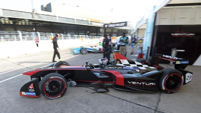 BER601. Berlin (Germany), 23/05/2015.- Nick Heidfeld of Team Venturi takes part in the first practice session of the FIA Formula E race at the former Tempelhof Airport in Berlin, Germany, 23 May 2015. The FIA Formula E race in Berlin takes place on 23 May 2015. (Alemania) EFE/EPA/RAINER JENSEN