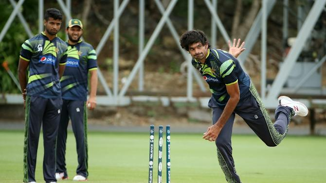 Pakistan fast bowler Mohammad Irfan (R) attends a team training session ahead of their 2015 Cricket World Cup match against South Africa at Eden Park in Auckland on March 6, 2015