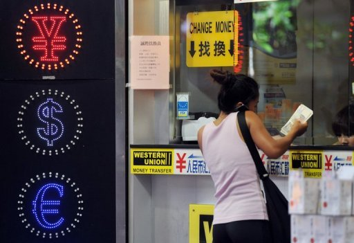 A woman exchanges money at a currency exchange shop in Hong Kong on September 15, 2011. The dollar rose against the yen Wednesday as Shinzo Abe was sworn in as prime minister amid expectations the Bank of Japan would initiate more monetary easing steps under his leadership.