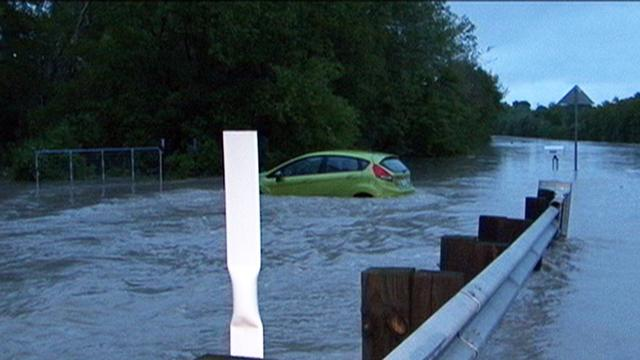 Drivers rescued amid flash flooding in Austin, Texas
