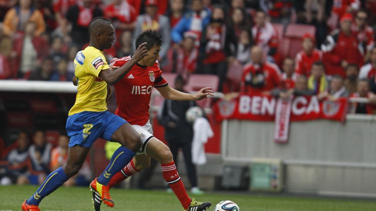 Benfica's Gaitan fights for the ball with Estoril's Mano during their Portuguese premier league soccer match in Lisbon