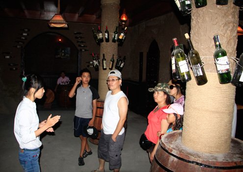 Ở khu vực chính giữa của hầm được trang trí đèn điện. Đây cũng là nơi người Pháp gặp gỡ, giao lưu và tổ chức các buổi dạ tiệc, khiêu vũ, khánh tiết...