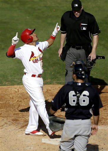 Kozma and Descalso homer, Cardinals beat Yankees