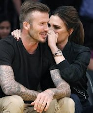 Si miras detenidamente captas la sonrisa de Victoria Beckham via Daily Mail