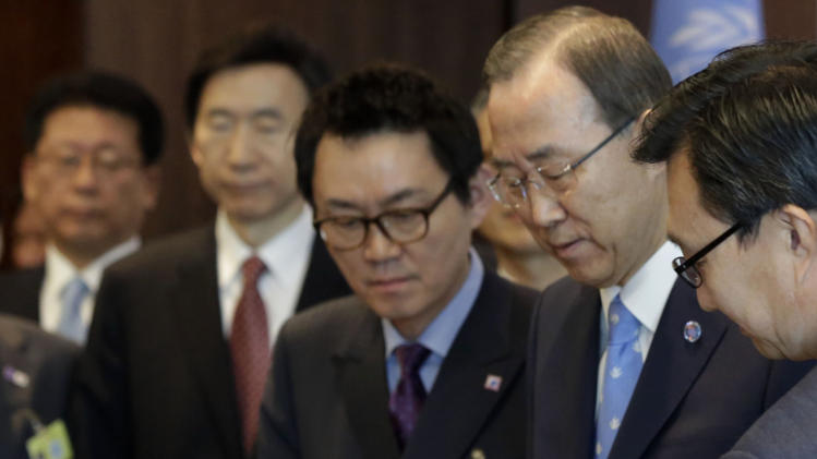 """FILE - In this May 6, 2013 photo, South Korean president's chief spokesman Yoon Chang-jung, top center,  watches South Korean President Park Geun-hye sign the guest book beside UN Secretary General Ban Ki-moon, second right, at United Nations headquarters. President Park's office says she has fired Yoon after a """"disgraceful incident"""" during Park's trip to the United States. Media reports say the spokesman was accused of sexual abuse. (AP Photo/Richard Drew, File)"""