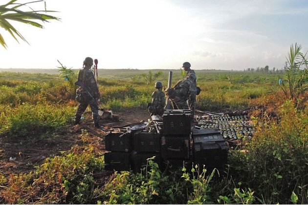 Malaysian soldiers prepare  to fire mortars at Filipino gunmen in the village of Tanduo in Sabah, March 5, 2013