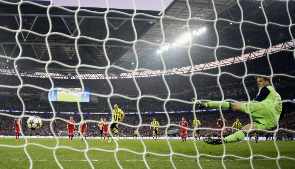 Dortmund's Ilkay Guendogan, center, scores from a penalty, during the Champions League Final soccer match between Borussia Dortmund and Bayern Munich, at Wembley Stadium in London. Saturday, May, 25, 2013. (AP Photo/Jon Super)