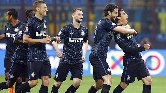 Inter Milan's Hernanes celebrates with teammates after scoring against AS Roma during their Serie A soccer match at the San Siro stadium in Milan