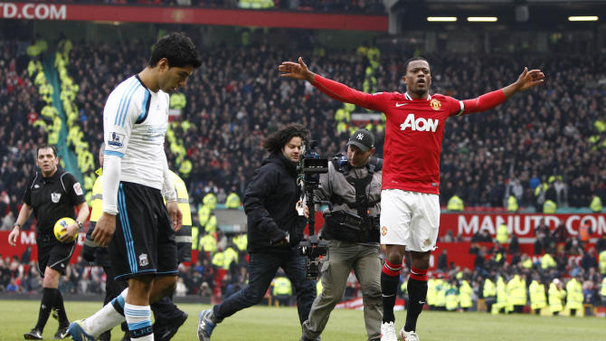 Patrice Evra  of Manchester United, right, and Luis Suárez of Liverpool (AP Foto/Jon Super)