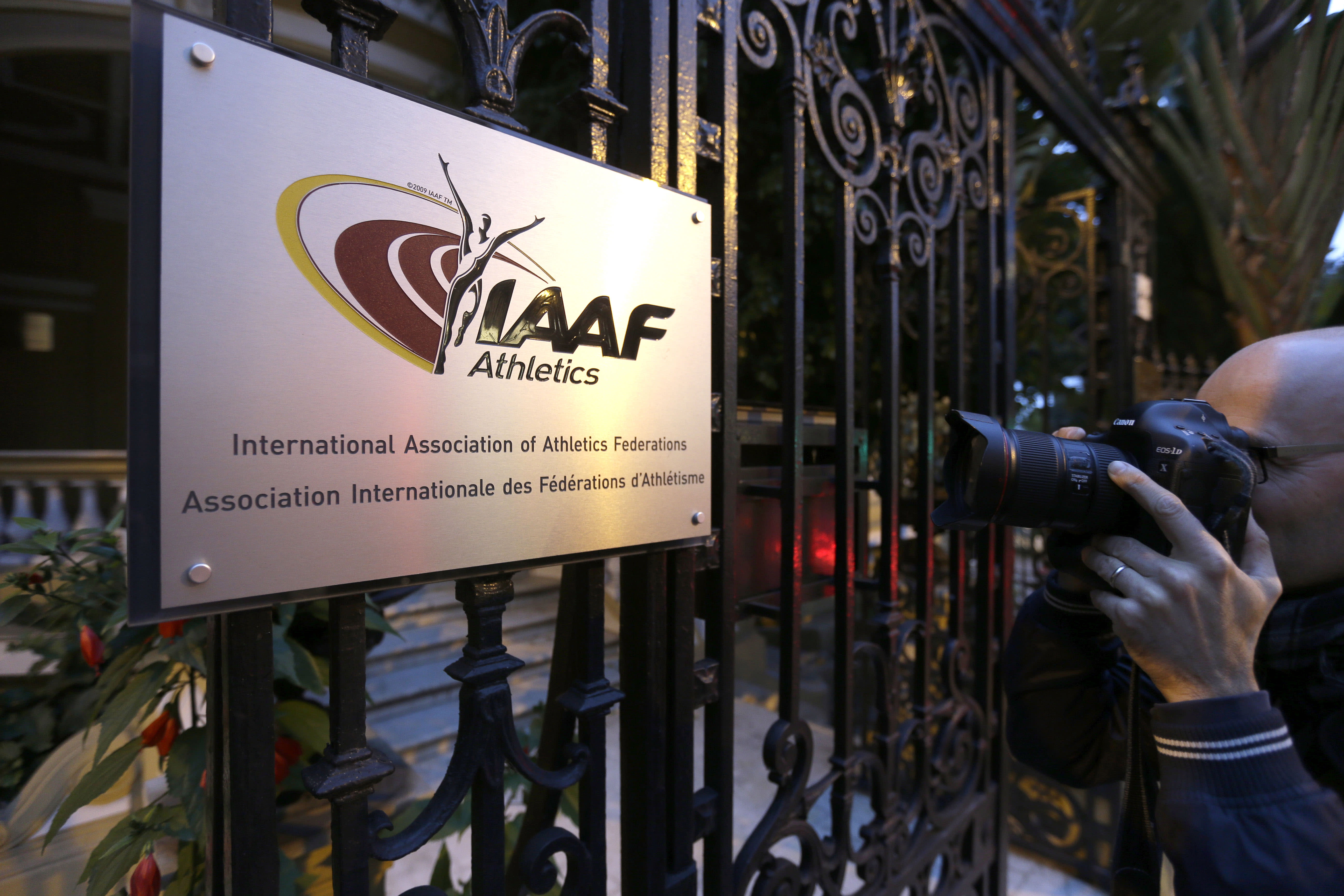 Coe faces difficult questions at IAAF meeting